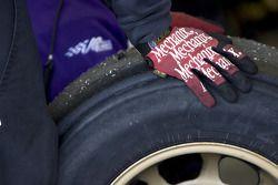 Un mécanicien avec un pneu