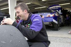 Un membre d'équipage pour le n ° 18 Fedex Toyota vérifie les pneus