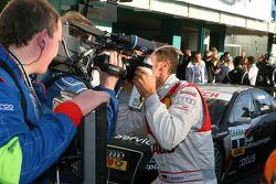 Чемпион DTM 2009 года Тимо Шайдер, Audi Sport Team Abt, целует камеру