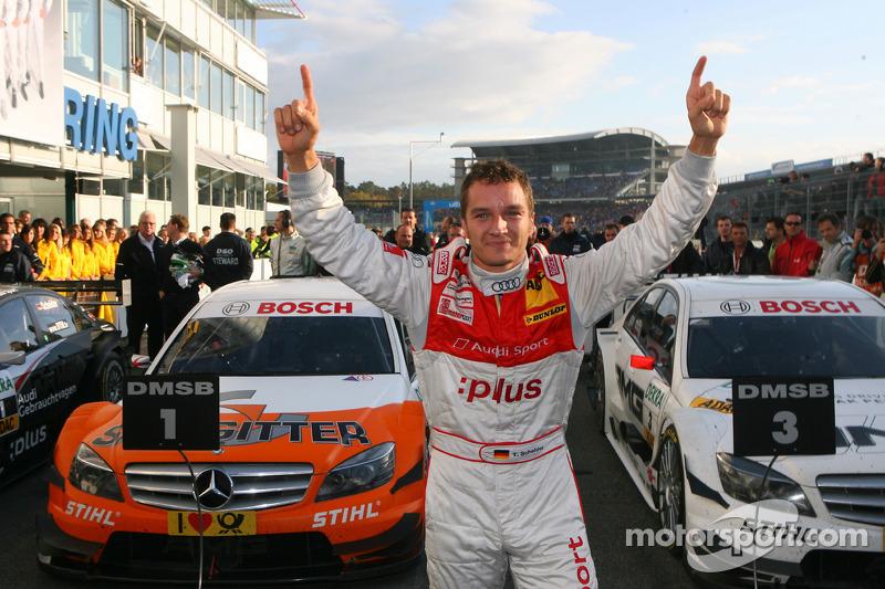 2009-й: четыре победы Гэри Паффета и по одной у Пола ди Ресты и Джейми Грина. Седьмой титул в зачете конструкторов для Mercedes в «новом» DTM. Тимо Шайдер из Audi второй раз подряд берет кубок чемпиона серии