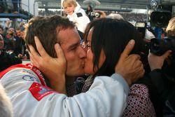 Чемпион DTM 2009 года Тимо Шайдер, Audi Sport Team Abt, целует свою девушку - Жасмин Рубатто