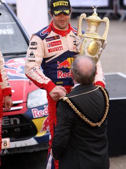 Podium: le vainqueur et le champion Sébastien Loeb