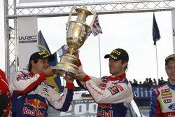 Podio: ganadores y campeones del WRC 2009 Sébastien Loeb y Daniel Elena