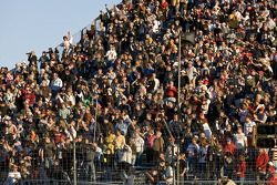 Les fans regardent la course
