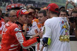 Ganador de la carrera Casey Stoner, Ducati Marlboro Team, y el tercer lugar y Campeón 2009 de MotoGP