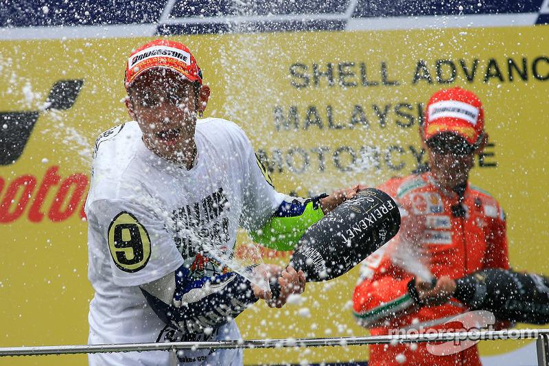 Podio: tercer lugar y Campeón 2009 de MotoGP Valentino Rossi, Fiat Yamaha Team celebra con champagne