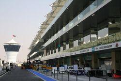 La pitlane du circuit d'Abu Dhabi Yas Marina