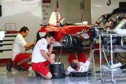 Les mécaniciens Toyota travaille sur la voiture