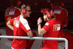 Michael Schumacher , Scuderia Ferrari regarde les cicatrices de Felipe Massa, Scuderia Ferrari