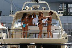 Jeunes femmes sur un bateau