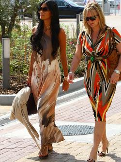 Nicole Scherzinger, zangeres Pussycat Dolls en vriendin Lewis Hamilton met Linda Hamilton, stiefmoed