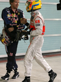 Ganador de la pole Lewis Hamilton, McLaren Mercedes celebra con segundo lugar Sebastian Vettel, Red