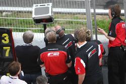 Les ingénieurs F2 regardent l'écran