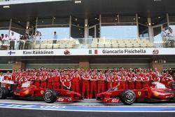 Photo d'équipe de Ferrari, Marc Gene, Kimi Raikkonen, Stefano Domenicali, Chris Dyer, Giancarlo Fisichella, Luca Ba