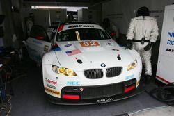 #92 BMW Rahal Letterman Racing Team BMW E92 M3: Tom Milner, Dirk Muller aux stands pour un problème de moteur