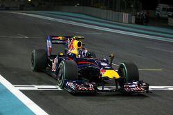 Sebastian Vettel, Red Bull Racing, prend le drapeau à damiers