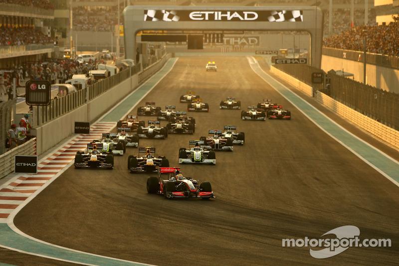 Льюис Хэмилтон, McLaren Mercedes, лидирует на старте