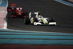 Rubens Barrichello, BrawnGP devant Kimi Raikkonen, Scuderia Ferrari