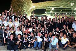 Sebastian Vettel, Red Bull Racing fête sa victoire avec Mark Webber, Red Bull Racing, Christian Horner et toute l'équipe