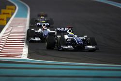 Nico Rosberg, WilliamsF1 Team lidera a Kazuki Nakajima, Williams F1 Team