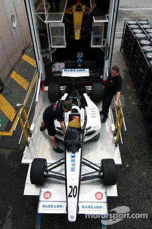 Les mécaniciens F2 chargent la voiture de Jens Hoing dans le camion
