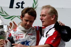 Le champion F2 Andy Soucek fête son titre avec Jonathan Palmer