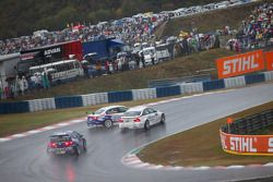 Crash de Jorg Muller, BMW Team Germany, BMW 320si et Kristian Poulsen, Liqui Moly Team Engstler, BMW 320si