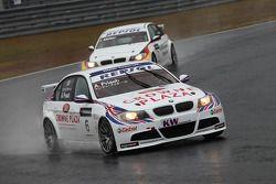 Andy Priaulx, BMW Team UK, BMW 320si et Jorg Muller, BMW Team Germany, BMW 320si