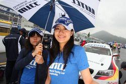 Grid girls de Jorg Muller, BMW Team Germany, BMW 320si