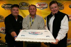 Richard Brickhouse, premier vainqueur au Talladega Superspeedway, Rick Humphrey et Richard Childress avec un gâteau