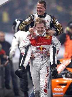 Ganador de la Carrera de Campeones Mattias Ekström celebra con Michael Schumacher