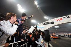 Final, carrera 3: Sebastian Vettel celebra como Michael Schumacher gana la carrera final, mientras que Jenson B