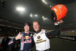 Los ganadores de la Copa de Naciones, Michael Schumacher y Sebastian Vettel, por el Equipo de Alemania celebran