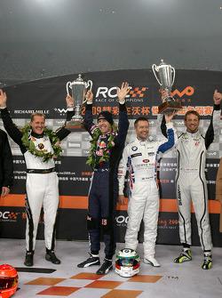 Podio: Michael Schumacher y Sebastian Vettel, ganadores de la Copa de Naciones, por el Equipo de Alemania, segundo lugar A