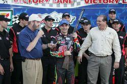 Jeff Gordon avec le Beretta du poleman, Texas Motor Speedway