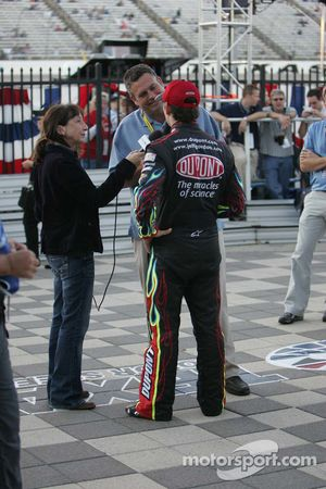 Le poleman Jeff Gordon en interview pour la radio