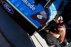 Un mécanicien travaillant sur la voiture numéro 6, UPS/Boys and Girls Club of America Ford