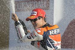 Dani Pedrosa, Repsol Honda Team, fête sa victoire sur le podium