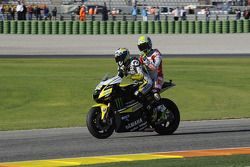 James Toseland, Monster Yamaha Tech 3 da un paseo a Toni Elias, San Carlo Honda Gresini