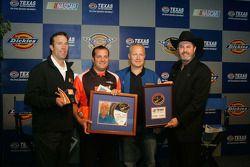 L'astronaute Doug Hurley avec J.D. Gibbs, Greg Zipadelli & le président du Texas Motor Speedwa , Eddie Gossage