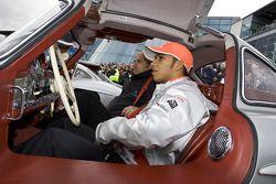 Льюис Хэмилтон сидит в SL 300