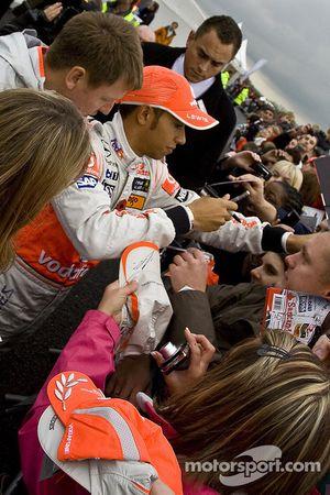 Lewis Hamilton meets fans