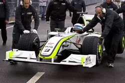 pit ekibi push Anthony Davidson back to padok area