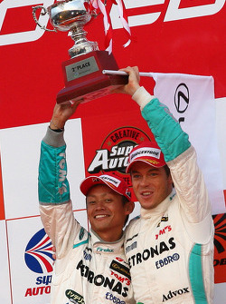 Podium GT 500: seconde place pour la #36 Petronas Tom's SC430: Juichi Wakisaka, Andre Lotterer