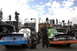 Les voitures de Carl Edwards et Brad Keselowski au garage