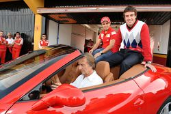 Luca di Montezemolo fährt Felipe Massa und Fernando Alonso in einem Ferrari California