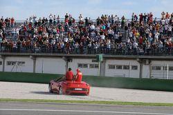 Luca di Montezemolo conduit Felipe Massa et Fernando Alonso dans une Ferrari California: petite sor