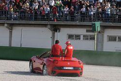 Luca di Montezemolo conduit Felipe Massa et Fernando Alonso dans une Ferrari California: petite sortie de piste