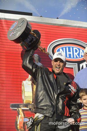 Le champion NHRA Top Fuel 2009 Tony Schumacher