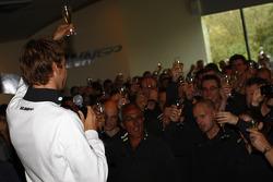 Jenson Button fête son titre avec son équipe